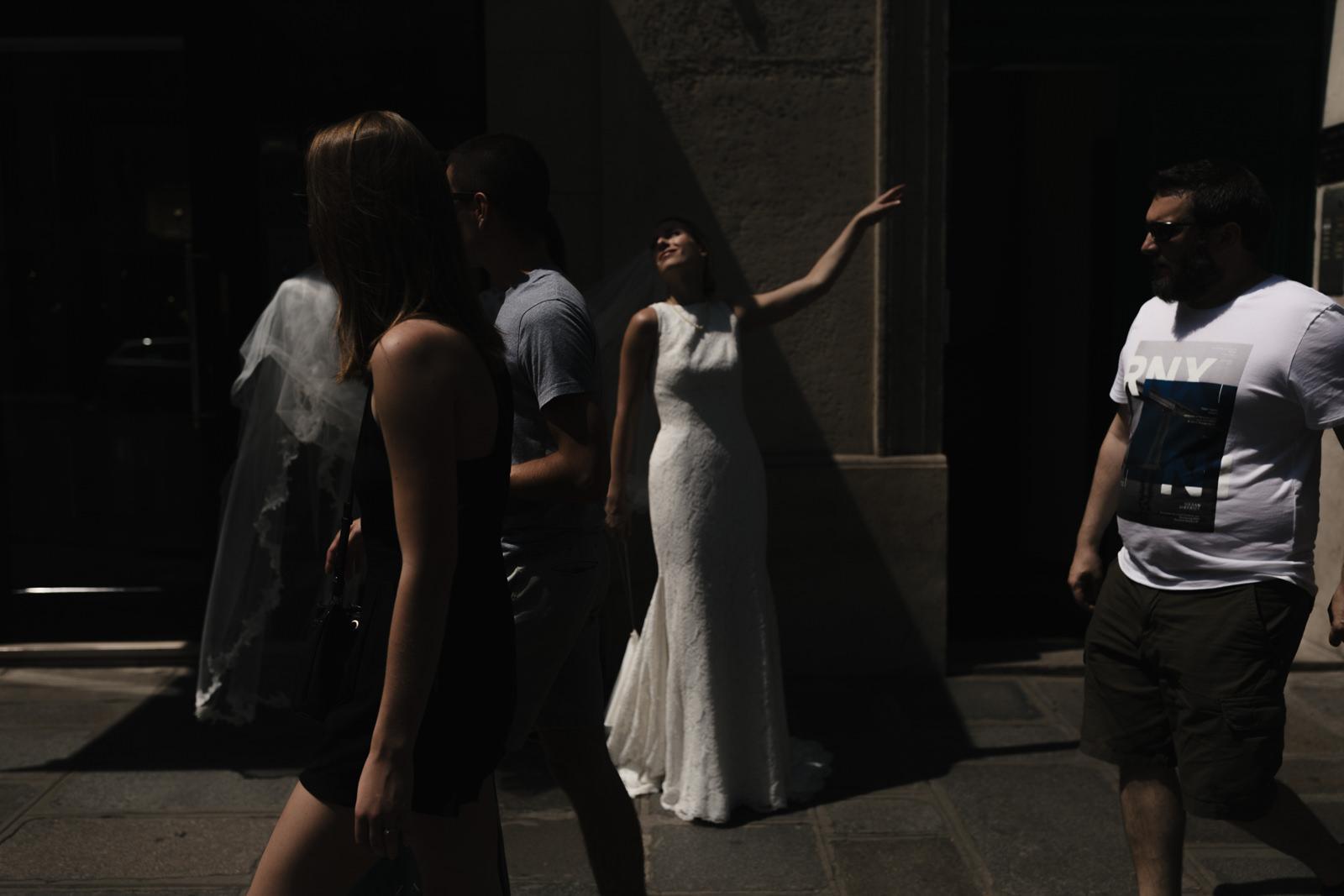 Portait de la mariée dans les rues de Paris